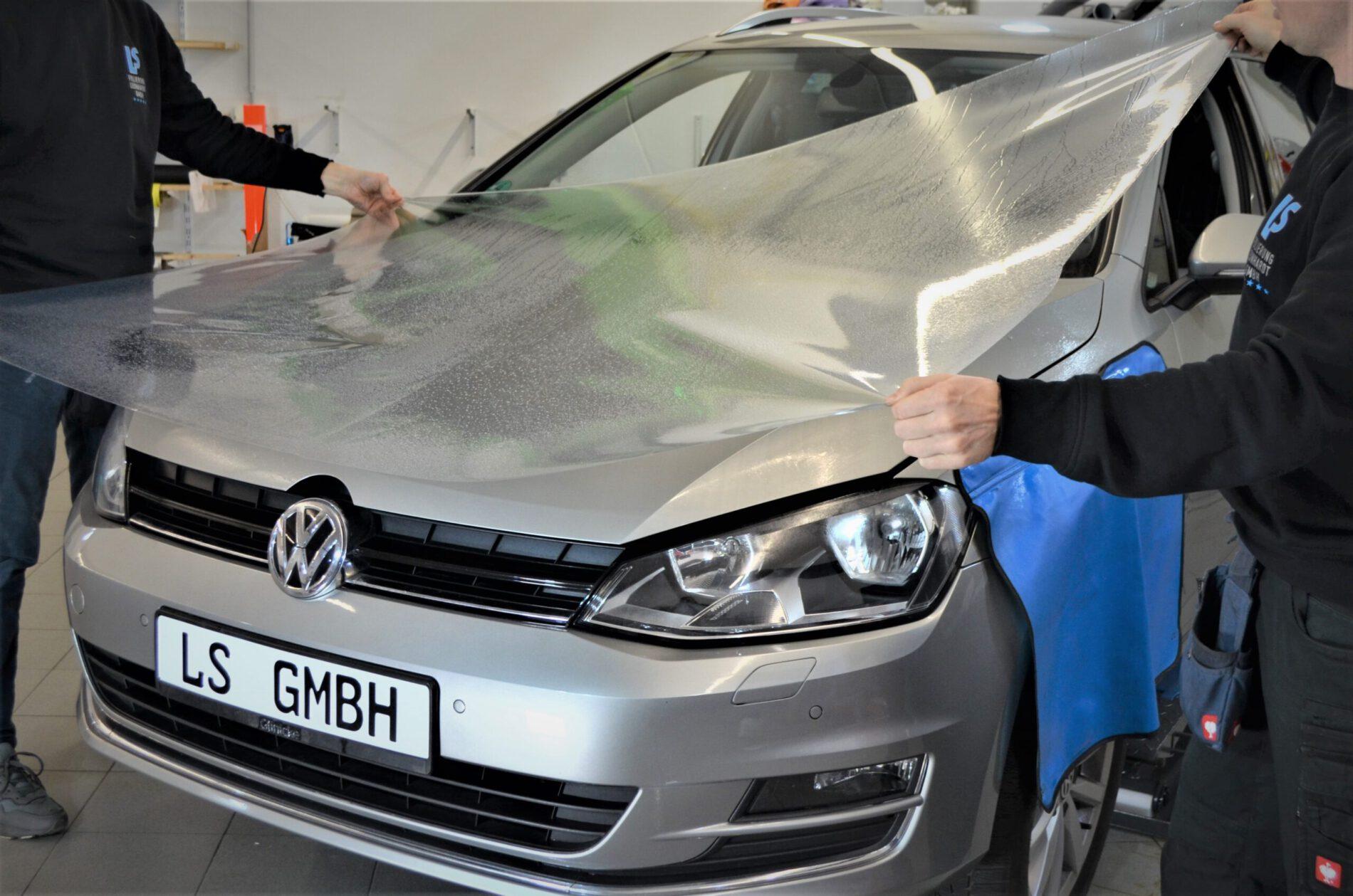 Montieren der Steinschlagschutzfolie an einem VW