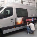 Autobeschriftung für eine Fahrschule mit Folie an den Seiten